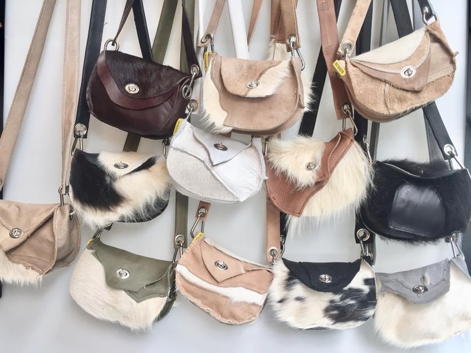 Een heleboel Bodil schoudertasjes op een rij!